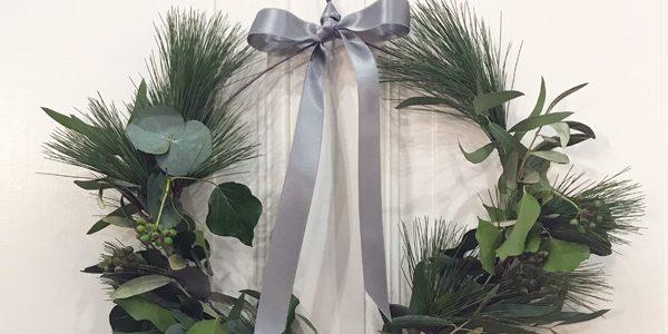 DIY: Einfacher adventlicher Türkranz aus einem Kleiderbügel